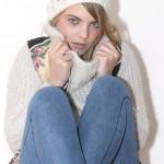 Bonnet H&M, gilet sans manches Manoush, pull en laine Zara, jegging H&M, bottes fourées Etam