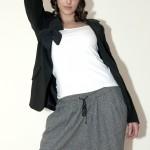 Béret à noeud, broche à noeud vintage, veste tailleur Zara, t-shirt blanc Zara, sarouel Sandro, bottes fourées Etam.