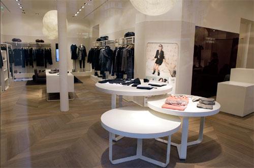 Comptoir des Cotonniers: nouvelle campagne. Nouvelle boutique place Saint Sulpice. Source:www.fashionmag.com