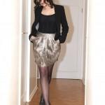 Bandeau à plumes H&M, corset noir, jupe léopard Kosha Mashka, chaussures Minelli