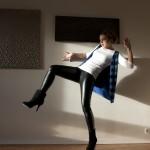 Serre-tête à noeud H&M, gilet sans manches à sequins Les Petites, t-shirt blanc Zara, tregging, bottines H&M