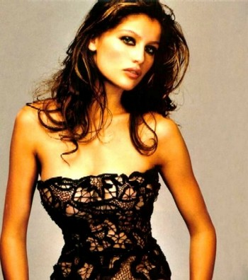 Comment s'habiller selon sa morphologie: des épaules larges. Laetitia Casta. Source: www.linlithgow-shamrockscs.co.uk