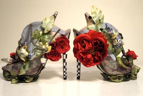 Alice au pays des Merveilles. Chaussures de Nicolas Kirkwood.