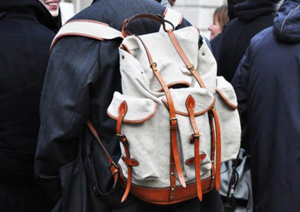 Tendances printemps-été 2010: le sac à dos. Photographie de Tommy Ton.